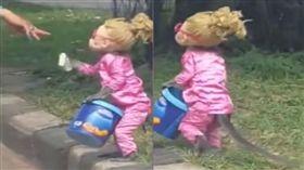 猴子被訓練扮成「小女孩」在馬路邊討錢。(圖/翻攝AB News)
