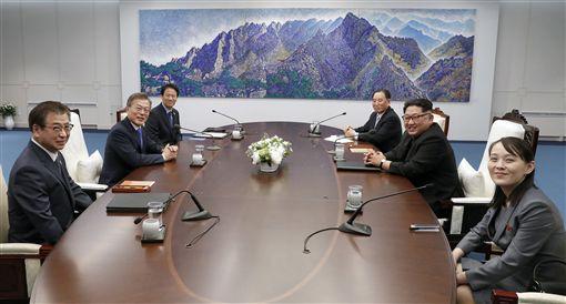 ▲金正恩妹妹金與正(右1)參與南北韓高峰會談。(圖/美聯社/達志影像)