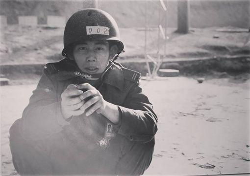 曾愛著國家…反年改退軍挨批「鬼子」 他握手榴彈吐心聲圖/翻攝自臉書