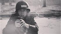 曾愛著國家…反年改退軍挨批「鬼子」 他握手榴彈吐心聲 圖/翻攝自臉書