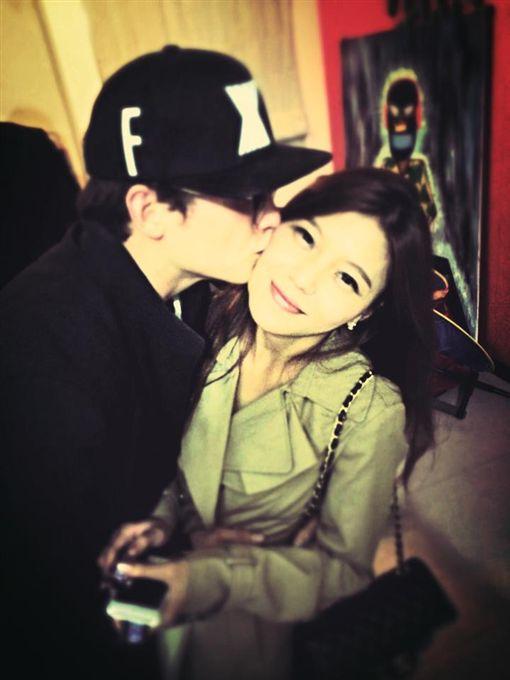 倪安東與老婆Vivi。(圖/翻攝自臉書)