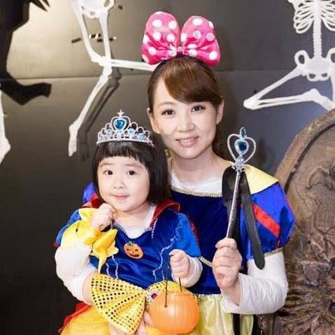▲郁方女兒1歲時就能分辨翡翠的真偽了。(圖/翻攝自臉書)
