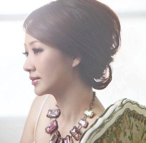 ▲郁方平常極為低調簡樸,只在重要場合才會戴上珠寶亮相。(圖/翻攝自臉書)