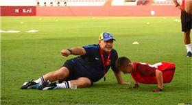 足球,哈薩克,馬拉度納,先天性,殘疾,Diego Maradona 圖/翻攝自YouTube