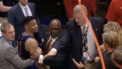 Russell Westbrook和球迷爆口角(圖/翻攝自YouTube)