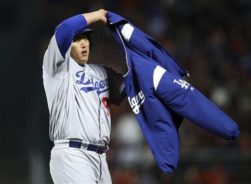 ▲洛杉磯道奇左投柳賢振擊出二壘打後,跑壘穿上外套。(圖/美聯社/達志影像)