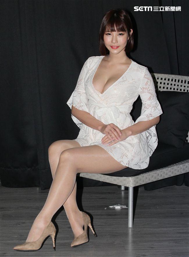 超人氣傲人好身材F奶長腿辣模希維亞Sylvia,集性感、呆萌、冷豔、甜美魅力於一身,「希維亞性感寫真書」媒體發表會暨寫真書首場簽名會。(記者邱榮吉/攝影)