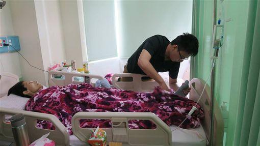 媽媽只有一個…男大生休學照顧癌末母,劉信鴻 圖/衛生福利部彰化醫院
