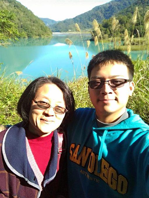 媽媽只有一個…男大生休學照顧癌末母, 圖/劉信鴻提供