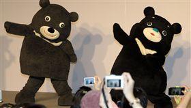 新舊熊讚同台(2)台北市吉祥物熊讚接受「微整形」,新造型21日亮相,舊熊讚(左)與「新朋友」海洋熊讚(右)同台熱舞,吸引民眾搶拍。中央社記者郭日曉攝 107年4月21日