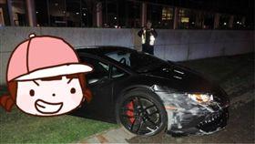 美國,Fairfax County, 路燈,兩半,一分為二,蝙蝠車,Lamborghini,藍寶堅尼,跑車 圖/翻攝自推特 https://goo.gl/BP74Xw