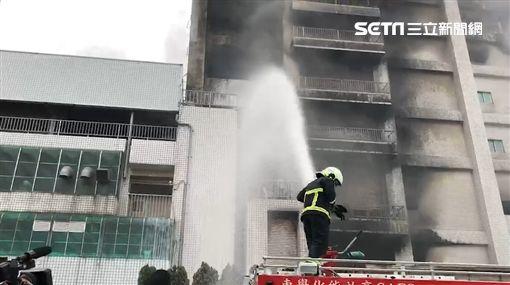 敬鵬工廠仍在悶燒 警消泡沫灌救中(圖/翻攝畫面)
