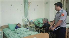 離家33年被宣告死亡 警助她與弟弟相認台南市麻豆警分局人事室警務佐吳孟宇(右),為離家33年且已被宣告死亡的呂姓婦人(左)找到弟弟(中),兩人相認,當場流下眼淚。(麻豆警分局提供)中央社記者楊思瑞台南傳真 107年4月30日
