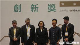 總統蔡英文今(30)日頒獎給第三屆「總統創新獎」的四位得奬者。(圖/記者盧素梅攝)
