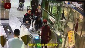 乘客經痛險暈倒 女大生暖舉感動網友 圖/翻攝自梨視頻