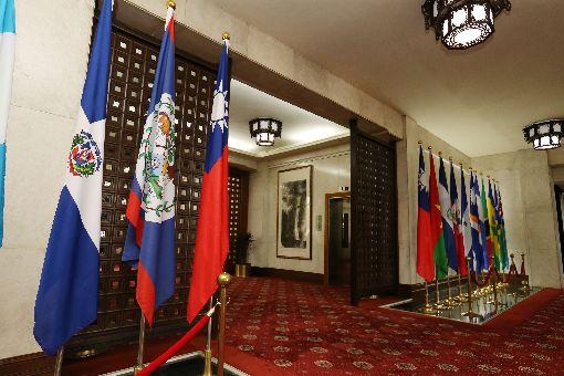 多明尼加與台斷交(3)外交部長吳釗燮1日表示,中國大陸與多明尼加宣布自5月1日建交,中華民國也自即日起終止與多明尼加的外交關係。上午多明尼加共和國的旗幟(左)還掛在外交部大廳。中央社記者郭日曉攝 107年5月1日