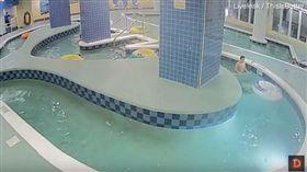 奇蹟!男童受困泳池8分鐘 送醫搶救撿回一命(圖/翻攝自Daniel Kalemasi YouTube)