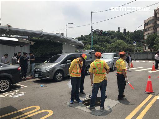 台北市嘉興街與信安街口驚傳下水道有具帶肉白骨,環保局清潔人員嚇得趕緊報案(楊忠翰攝)