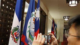 多明尼加與台斷交(2)外交部長吳釗燮1日召開記者會,宣布中美洲友邦多明尼加與中華民國斷交。上午多明尼加共和國的旗幟(左)還掛在外交部大廳。中央社記者郭日曉攝 107年5月1日