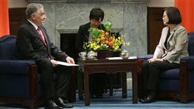 多明尼加駐台大使索托(Miguel Ángel Soto Jiménez)去年7月3日到總統府呈遞到任國書,並與蔡英文總統相互交流。(總統府提供)