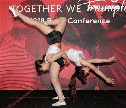 雙人特技舞蹈展現力與美。(記者邱榮吉/攝影)