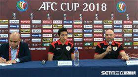 ▲澳門賓菲加總教練Bernardo Tavares(右一)與球員戴祖迪(中)。(圖/記者林辰彥攝影)