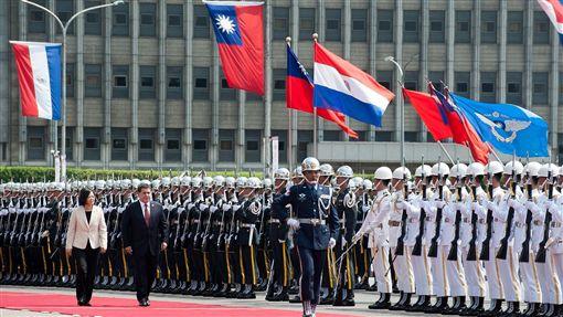蔡英文以軍禮歡迎巴拉圭總統卡提斯。(總統府提供)