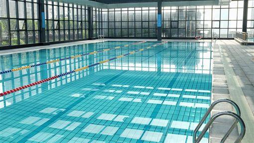 不會游泳卻去泳池打工?遇溺水被救 他反告救生員和警察
