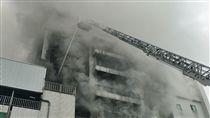 敬鵬平鎮廠大火 消防員2死4無生命跡象1傷(2)桃園市平鎮區敬鵬工廠大火現場今天早上尚未完全撲滅,消防隊員仍在現場持續控制火勢。中央社記者吳睿騏桃園攝 107年4月29日