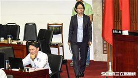 北農總經理吳音寧與台北市長柯文哲出席市議會總質詢。 圖/記者林敬旻攝
