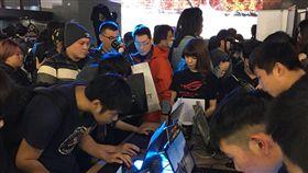 吃雞正夯 電競熱潮來臨電競熱潮來臨!從去年的東京電玩展到今年初的台北國際電玩展,「電競」都成為展場新重點和新亮點,近來竄起的吃雞遊戲「絕地求生」掀起的電競熱潮正快速蔓延中。中央社記者韓婷婷攝 107年4月5日