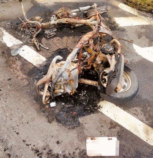 高雄,賣西瓜的陳保安縱火燒前女友後,當場被警方逮捕,前女友張簡和機車被燒成火球,送醫搶救不治。翻攝