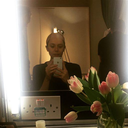 ▲伊莉莎白歐森在戴上假髮前的光頭造型。(圖/翻攝自IG)