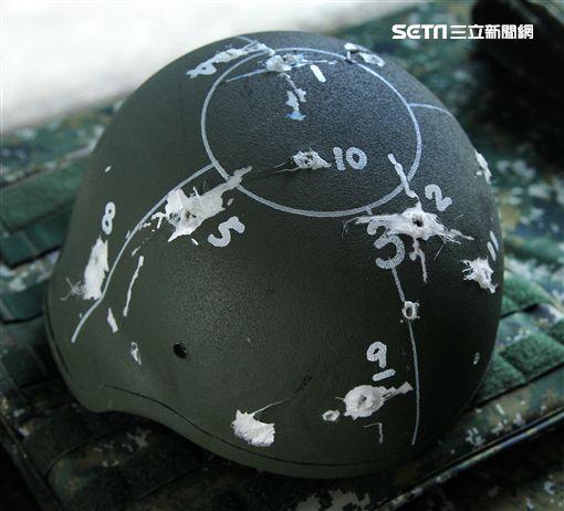 Kevlar XP防護頭盔抗彈性能測試。(記者邱榮吉/攝影)
