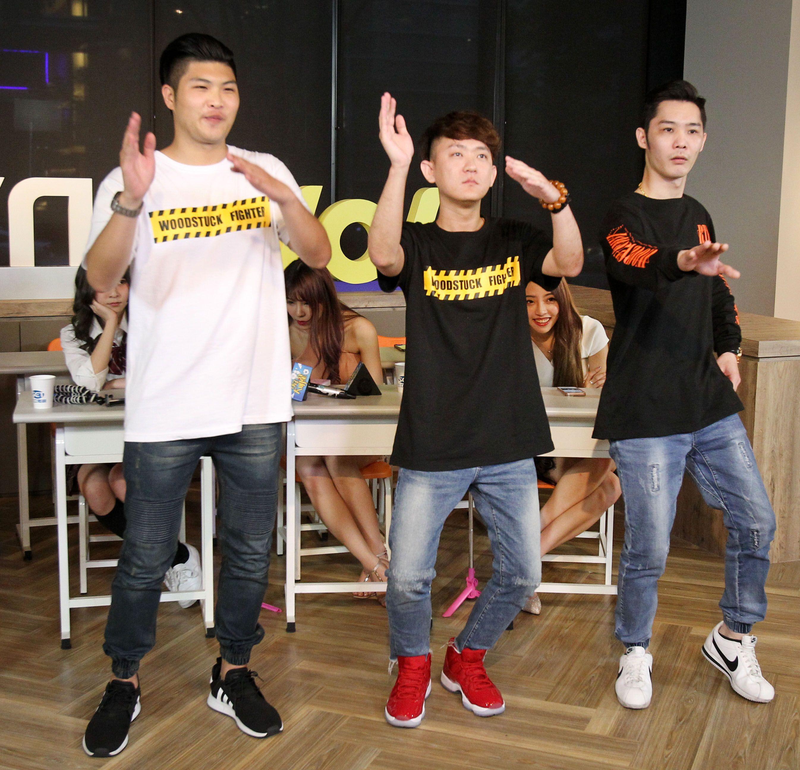 超人氣網紅周吉、林良吉、黃孝哲三人組跳海草舞。(記者邱榮吉/攝影)