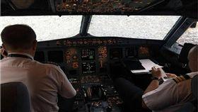 飛機,意外,冰雹,降落,烏克蘭,空中巴士,玻璃,機長,Alexander Akopov(圖/翻攝自臉書)駕駛艙