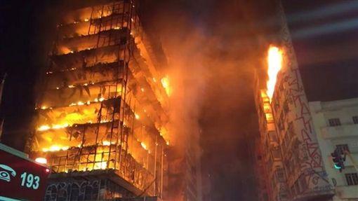 巴西聖保羅嚴重火警 大樓坍塌如轟炸巴西,聖保羅,火災,火警,遊民,警察,失蹤https://www.youtube.com/watch?v=XwoBRHDLxdo