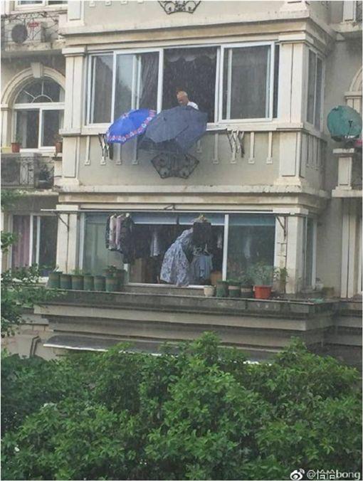 下雨衣服來不及收…樓上阿伯「神救援」被讚爆! 圖/翻攝微博
