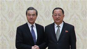 王毅平壤會晤北韓外長中國國務委員兼外交部長王毅(左)2日抵達平壤,展開2天北韓訪問行。他與北韓外交部長李勇浩(右)會晤時提出5個「全力支持」。(取自中國外交部官網)中央社  107年5月3日