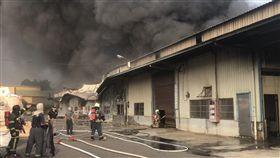 雜草火警延燒台南工廠 幸無人傷台南市仁德區保安工業區附近30日傳出一起雜草火警,火勢一度延燒到一旁的幾間工廠,所幸火勢在下午5時控制,沒有造成人員傷亡。(翻攝畫面)中央社記者楊思瑞台南傳真 107年4月30日