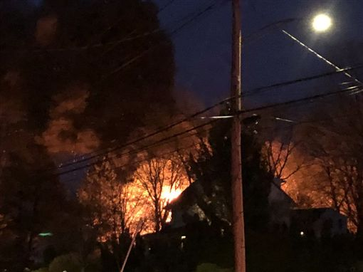 美國康乃狄克州(Connecticut)一民宅發生爆炸,8名員警遭炸傷(圖/翻攝自推特)