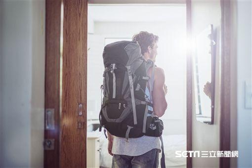背包客,獨遊,自由行,問路, 旅人, 看地圖。(圖/booking.com提供)