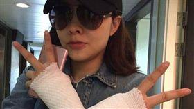 熊黛林雙手綁滿繃帶疑似中了「媽媽手」。(圖/翻攝自臉書)