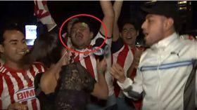 美洲《福斯體育台》一名女記者莫拉(Maria Fernanda Mora),日前到球場連線訪問球迷時,慘遭「頂撞」性騷擾,她氣得直接在鏡頭前面,拿麥克風往男球迷「猛K」。事後莫拉解釋,因為男子得寸進尺摸她的屁股,她才會採取行動自衛。(圖/翻攝自YouTube《SuperfutboleroTV》)