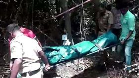 愛爾蘭一名33歲女子斯克羅曼妮(Liga Skromane)患有憂鬱症,今年她與家人前往印度求診時不幸遇害,她被2名毒犯下藥、輪流性侵,更殘忍的是,斯克羅曼妮還慘遭斷頭,屍體被倒掛樹上。目前當地警方已將兩名毒犯逮捕歸案。(圖/翻攝自每日郵報)