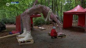 比利時米德爾海姆博物館裸男雕像,下體噴水用口接,接到不少投訴。(圖/翻攝atv.be網站)