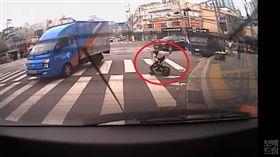 南韓有一位阿嬤推嬰兒車帶孫子外出時,突然跌倒,導致嬰兒車失控衝進馬路,一位機敏的貨車駕駛見狀後趕緊煞車,並用前輪擋住嬰兒車緩衝撞擊,成功阻止憾事發生。其他網友看到影片後,紛紛大讚駕駛「真英雄,太厲害了!」(圖/翻攝自YouTube《보배드림TV》