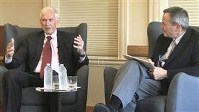 美國在台協會(AIT)主席莫健美國在台協會(AIT)主席莫健(James Moriarty)(左)3日在史丹佛大學演說。他表示,台海兩岸關係近來緊張,希望雙方能正面溝通、發揮創意和耐心為彼此帶來雙贏的局面。中央社記者張克怡攝 107年5月4日