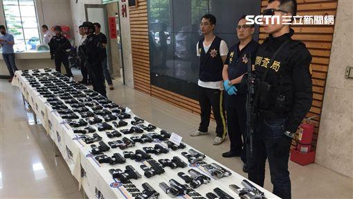 台北,刑事局,軍火之王,走私,注塑機具,貨櫃,衝鋒槍,霰彈槍,長槍,短槍。呂品逸攝
