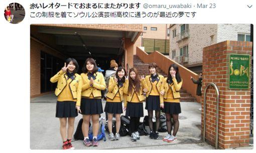 東京街頭見「抖M狗奴」!高衩緊身衣大叔戴項圈在地上爬(圖/翻攝自Twitter)